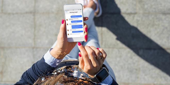 Devojka se dopisuje — Facebook Messenger
