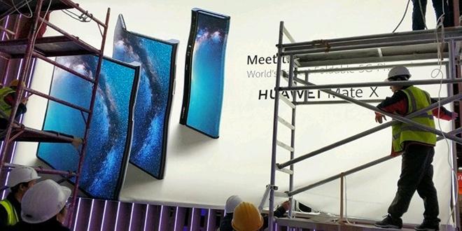 Процурела фотографија постера Huawei-јевог савитљивог телефона