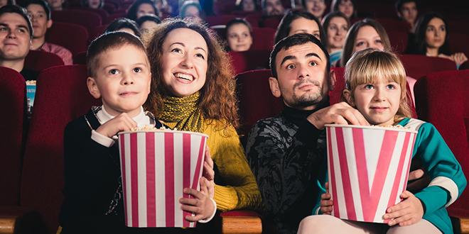 Srećna porodica gleda film u bioskopu