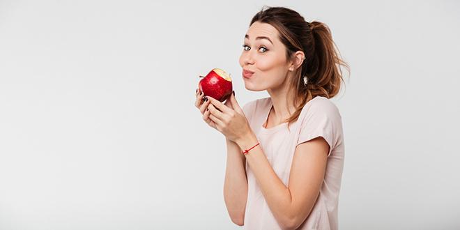 Devojka grize jabuku