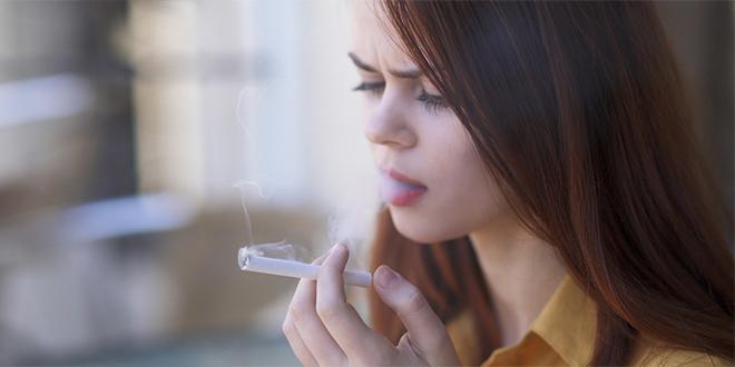 Devojka puši cigaretu