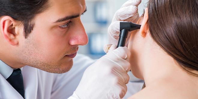 Doktor proverava sluh pacijentkinji