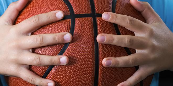 Košarkaška lopta u rukama deteta