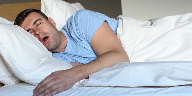 Мушкарац спава и балави у кревету