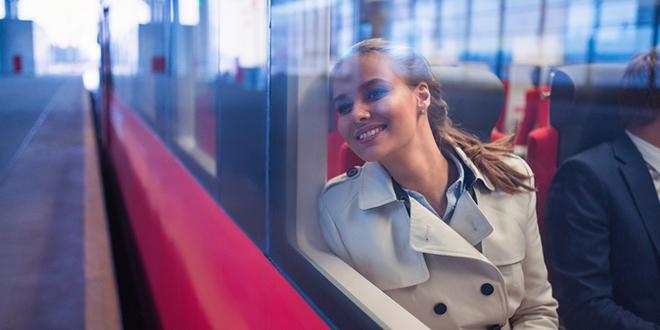 Nasmejana cura u vozu