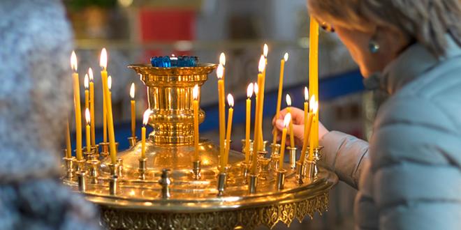 Паљење свећа у цркви