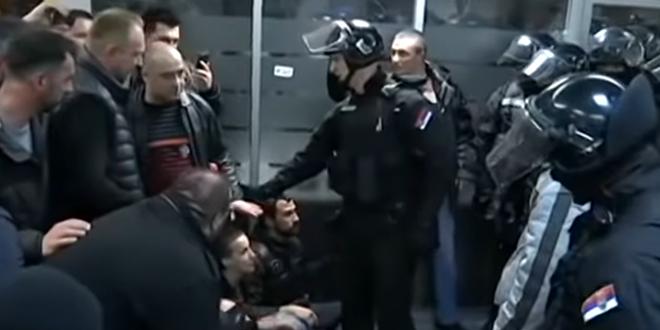 Жандармерија потискује демонстранте из РТС-а