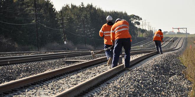 Železnički radnici popravljaju železničku prugu