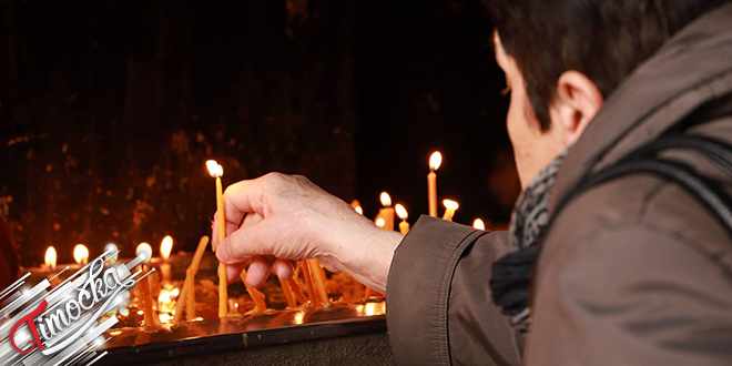 Žena pali sveće