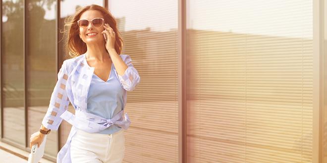 Жена шета причајући преко телефона