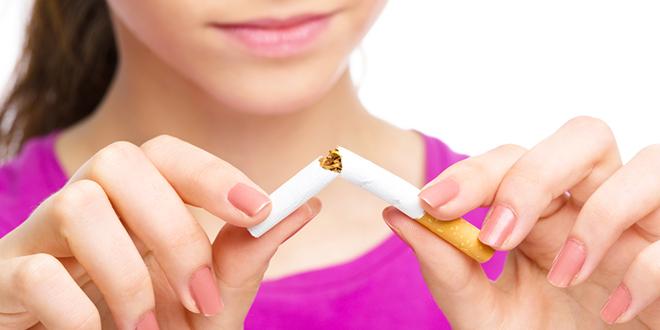 Mlada žena lomi cigaretu