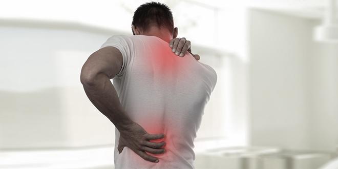 Muškarac oseća bol u leđima i vratu