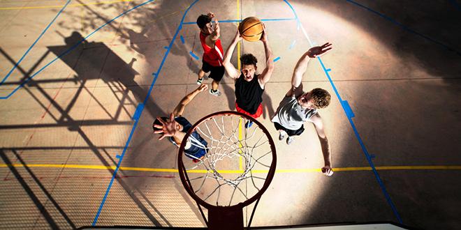 Тинејџери играју баскет