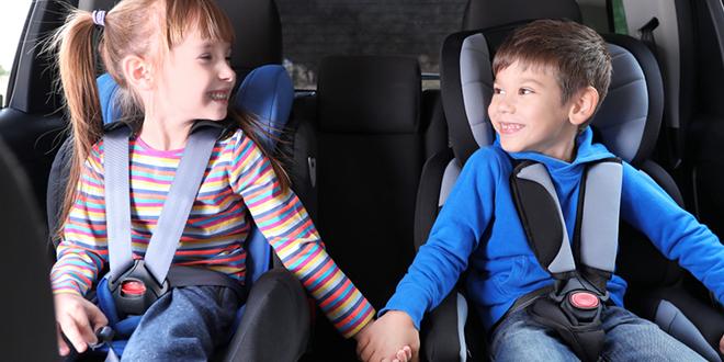Deca vezana sigurnosnim pojasevima na auto-sedištima za decu