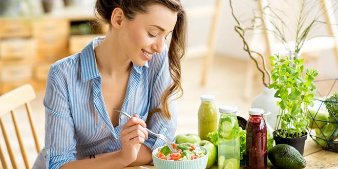 Млада жена једе здраву салату