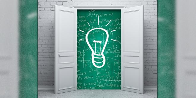 Nacrtana sijalica na školskoj tabli iza otvorenih vrata