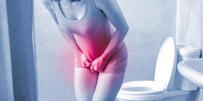 Жена са уринарном инфекцијом у тоалету
