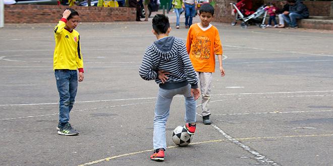 Deca igraju fudbal na betonu