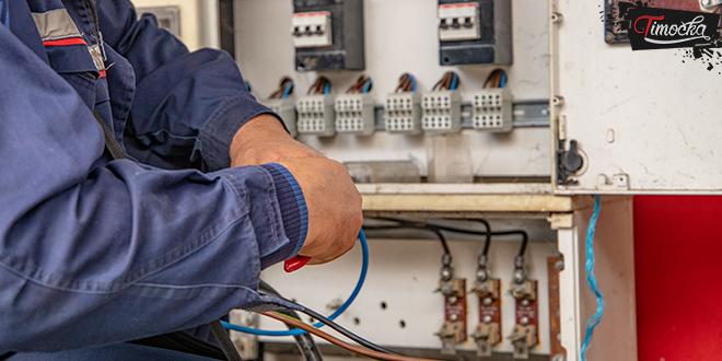 Električar radi sa kablovima