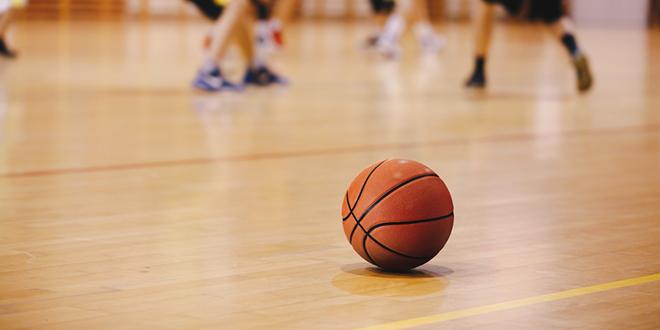 Košarkaška lopta na košarkaškom terenu