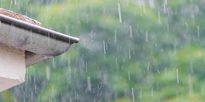 Krovni oluk sa kišnim kapima na balkonu za vreme obilnih kiša