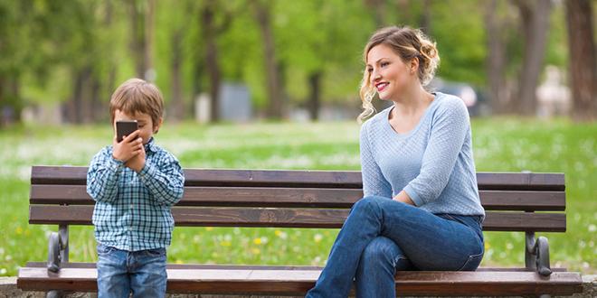 Majka i sin se zabavljaju u parku