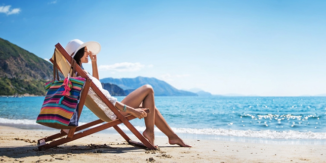 Девојка се сунча на плажи