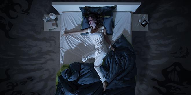 Devojka spava i sanja košmar