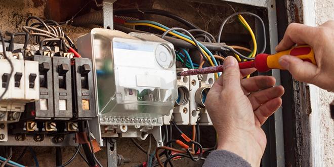 Električar zamenjuje stare električne instalacije