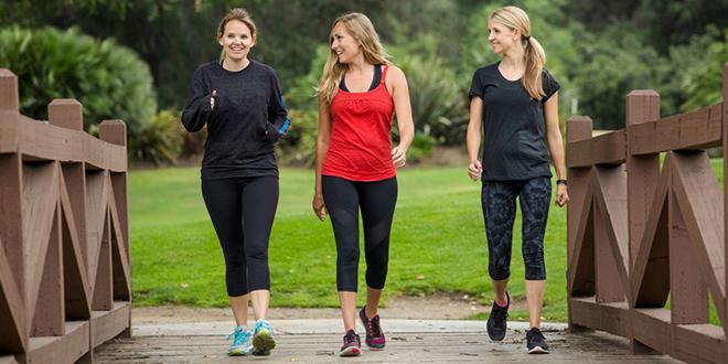 Grupa devojaka uživa u šetnji