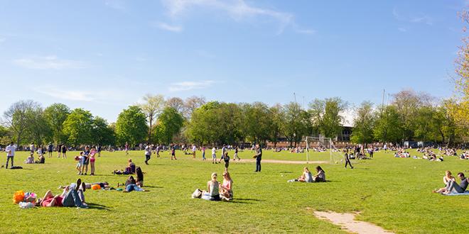 Ljudi uživaju u parku