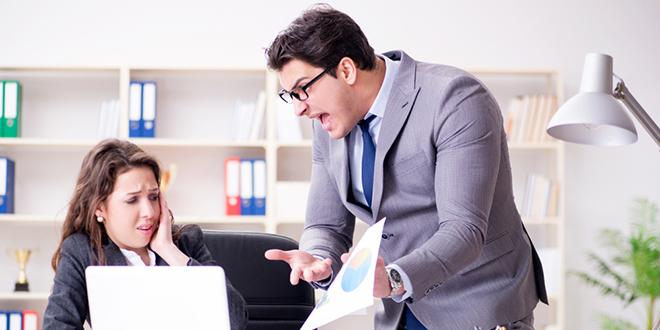 Љутити шеф виче на радницу незадовољан њеним радом