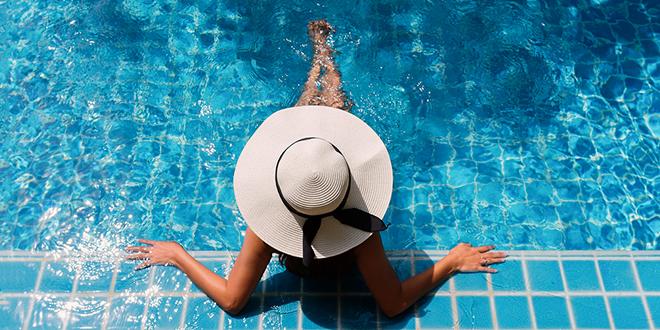 Mlada žena se opušta u bazenu