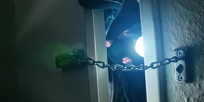 Разбојник проваљује у стан са ноћном лампом у руци