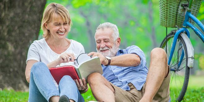 Stariji bračni par uživa u parku