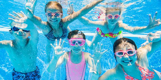 Деца роне у базену