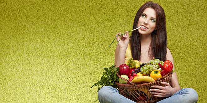 Devojka drži košaru sa voćem i povrčem