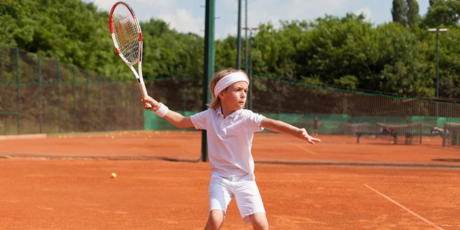 Дечак тенисер вежба тенис