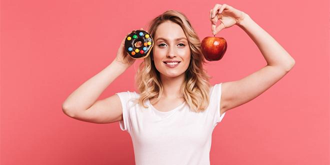 Devojka bira između krofne i jabuke