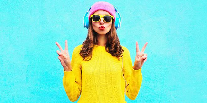 Devojka sluša muziku sa slušalicama na glavi