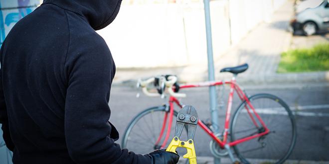 Lopov krade bicikl na ulici