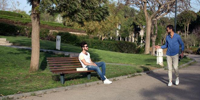 Muškarac pozdravlja svog prijatelja u parku
