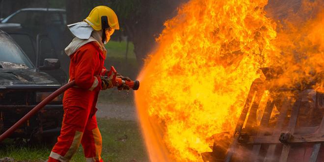 Vatrogasac gasi požar