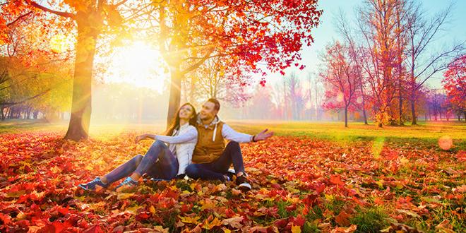 Mladi par uživa u jesenjoj sezoni