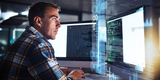 Muškarac radi na kompjuteru