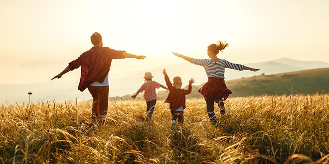 Срећна породица трчи по пољу