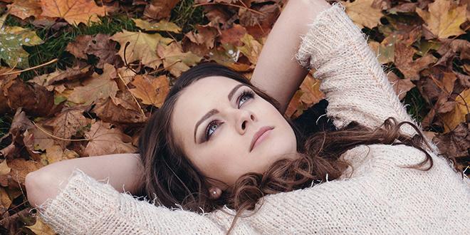 Девојка лежи на опалом лишћу