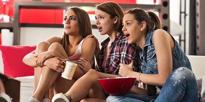 Devojke gledaju horor film