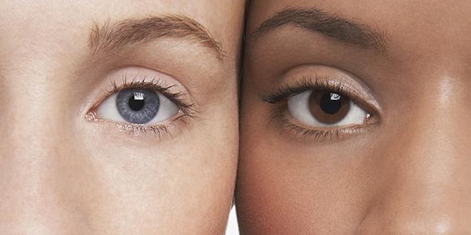 Dve devojke sa različitim bojama očiju