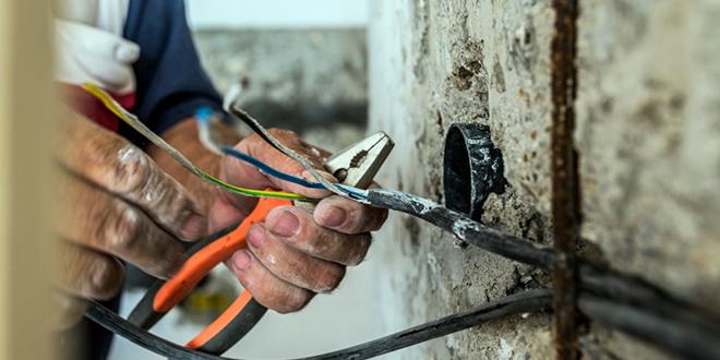 Електричар ради са електричним кабловима
